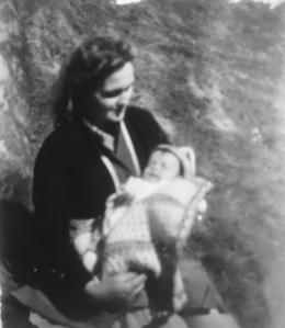 Ég í faðmi móður minnar sumarið 1957
